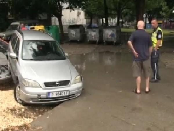 """Кола пропадна в изкоп на """"Топлофикация"""" след проливния дъжд, изсипал"""