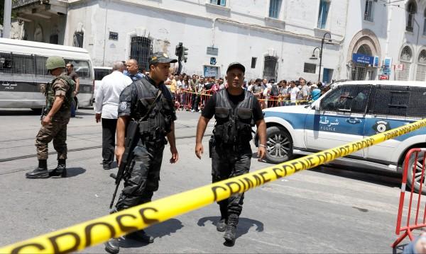 Два самоубийствени атентата в Тунис, убит е полицай