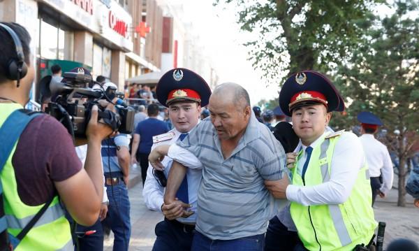 Над 100 души са задържани при поредните протести в Казахстан