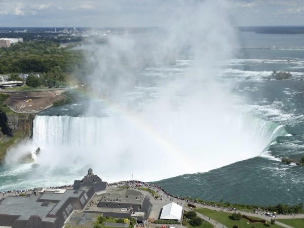 Снимка: Мъж оцеля след 57-метрово падане от Ниагарския водопад