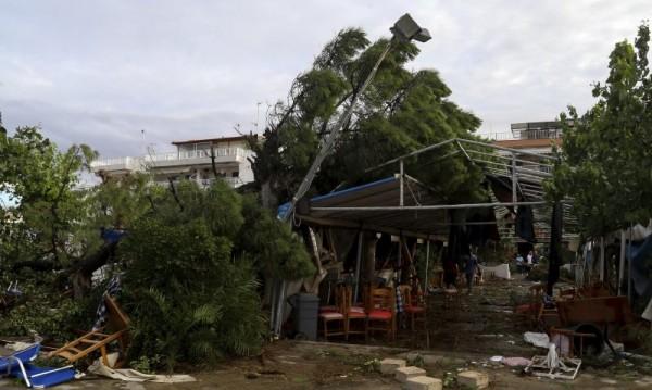 Курортите в Халкидики още са без ток, без вода
