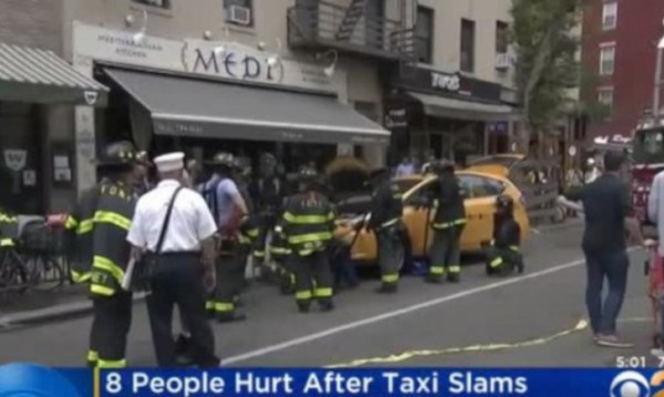 Такси се вряза в ресторант в Манхатън, рани осем души