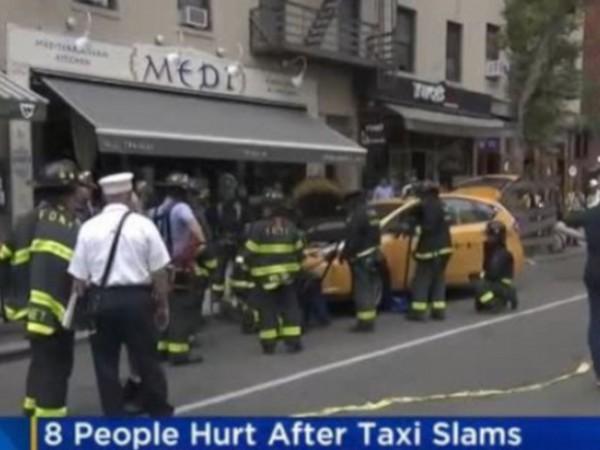 Снимка: Такси се вряза в ресторант в Манхатън, рани осем души