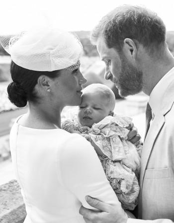 Британците погнаха Меган, не държала добре бебето