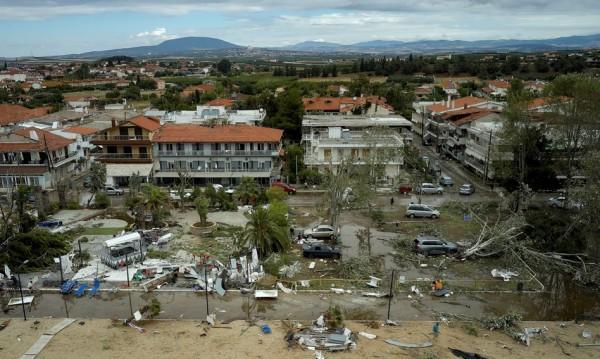 И в Гърция проливни дъждове, спасиха хора в коли на магистрала