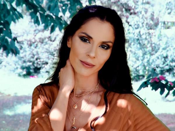 След многобройните си творчески занимания, съпругата на Стенли – Людмила