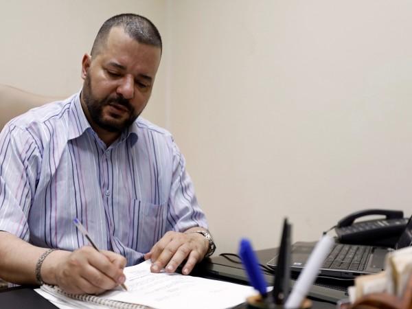 В офиса на Мунир Батур в Тунис климатикът работи с