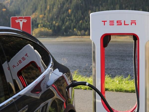 Американският производител на електромобили Тесла (Tesla) обяви, че ще промени
