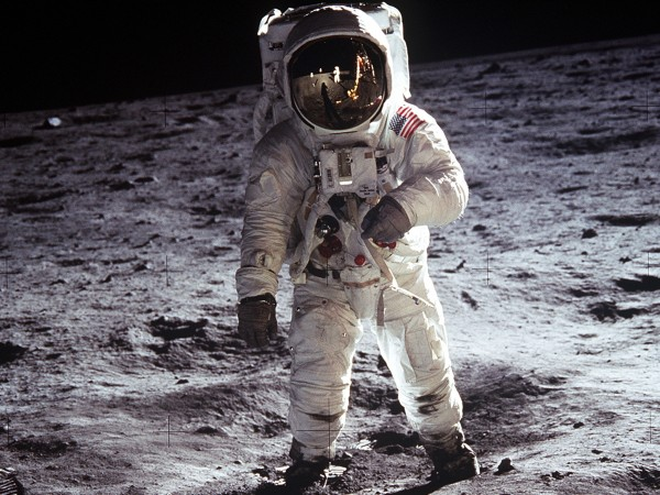 """""""В случай на лунно бедствие...""""Точно преди 50 години, Нийл Армстронг,"""