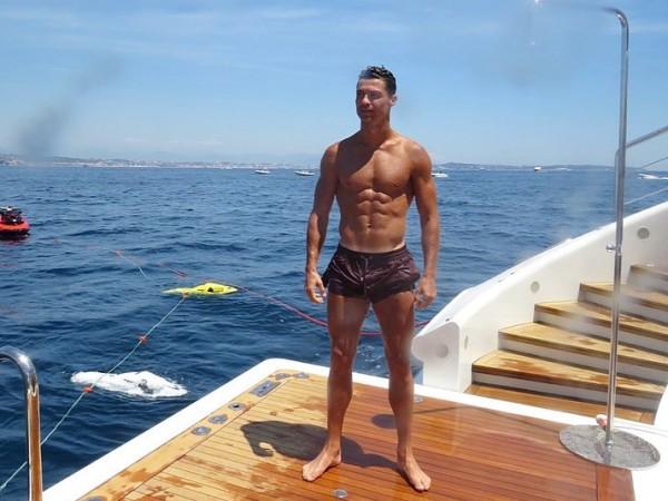 """""""Запалете тялото си това лято..."""" Това написа Кристиано Роналдо в"""