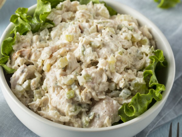 Снимка: Рецептата Dnes: Пилешка салата с кисели краставички