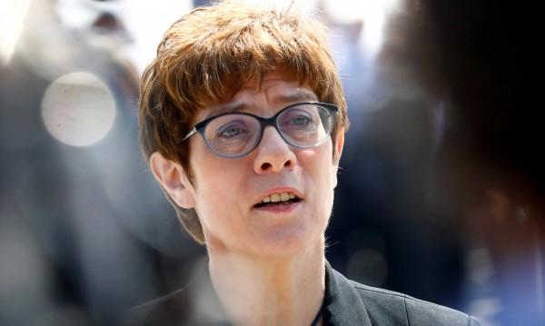 Министър, партиен шеф... Тежък път пред Анегрет Крамп-Каренбауер