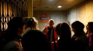Сълзотворен газ в метрото в Лондон, издирват се двама