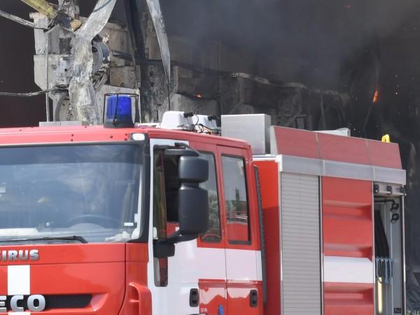 Камион със слама се запали на пътя Проглед- Чепеларе, затваряйки
