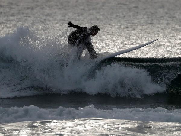 Деца и сърфисти влязоха вчера във водата близо до ядрената