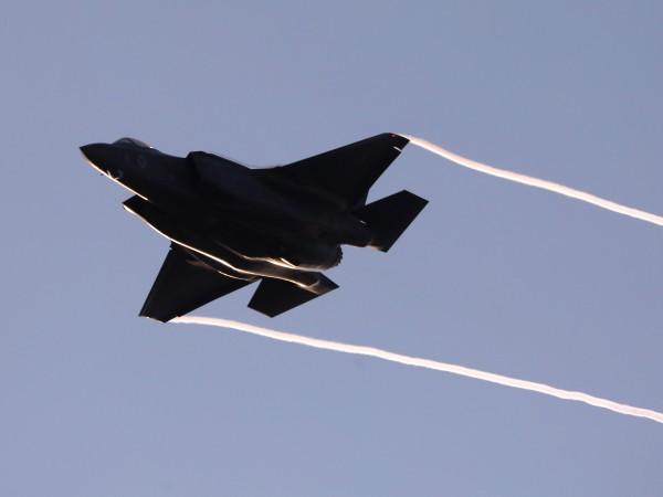 Общински съветник от София иска да спре сделката за F-16.