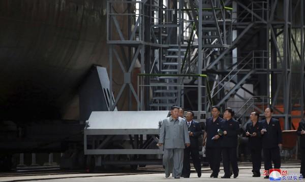 """Ким Чен-ун инспектира нова """"мощна"""" подводница"""