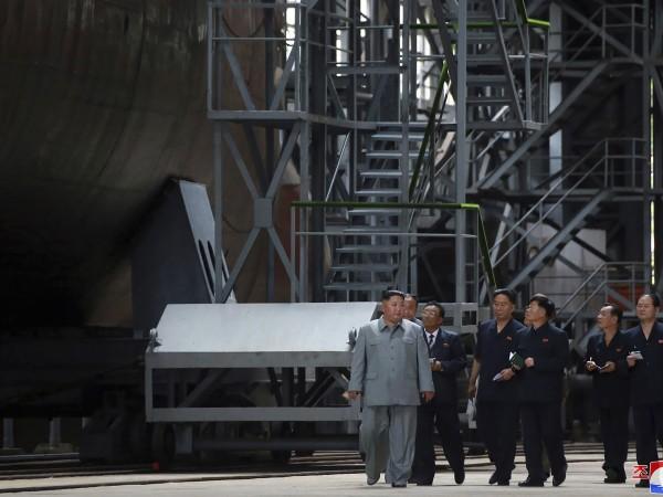Севернокорейският лидер Ким Чен-ун инспектира новопостроена подводница и наблегна на
