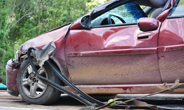 Кола се блъсна в два ТИР-а, пострадаха две деца
