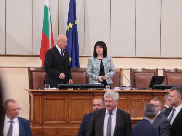 Българските народни представители излизат в едномесечен отпуск и така се