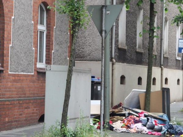Снимка: Българи в Германия: Трафик, боклуци, деца крали торта от чинията на клиент