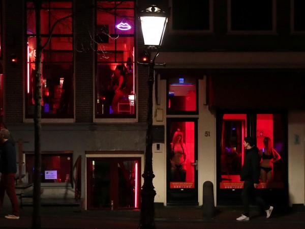 Снимка: Проститутките си искат Квартала на червените фенери, с още витрини