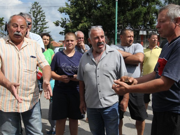 Жители на село Мрамор, които отглеждат прасета, излязоха на протест