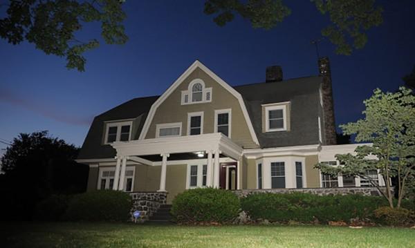 Зловещо: Хорър къщата, която има свой Наблюдател