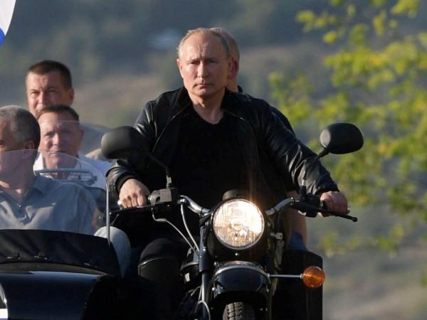 Снимка: Путин посети Крим, в Украйна негодуват