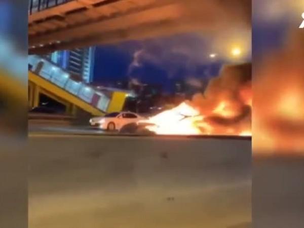 Снимка: Tesla се запали на път в Москва, двама души пострадаха