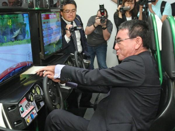 Японският външен министър Таро Коно посети съвместното студио на SEGA