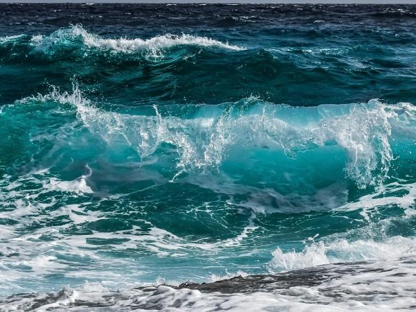 Спасителите на централния плаж във Варна търсят 14-годишно момиче в