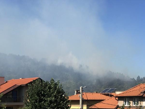 Риск от избухване на нови пожари остават и днес, заради