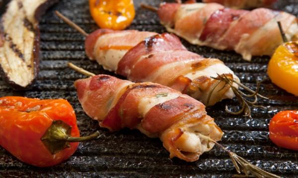 Рецептата Dnes: Пилешки филенца на скара, увити в бекон
