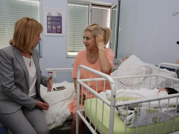 Снимка: Фандъкова посети Йоана Драгнева, поздрави я за бебето
