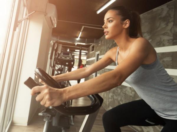 Карането на велоергометър е чудесен начин едновременно да развиете мускулната