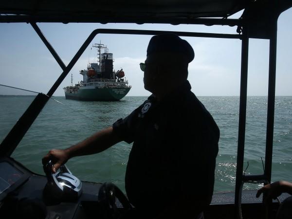 Германска корабна компания съобщи, че пирати са отвлекли осем членове