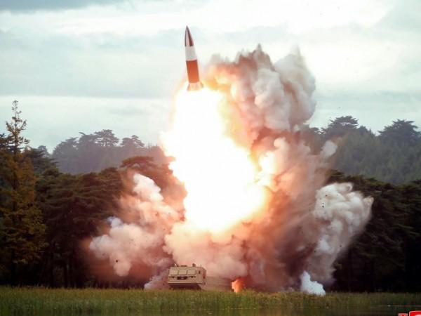 Снимка: КНДР тества ново оръжие, Ким Чен Ун наблюдава