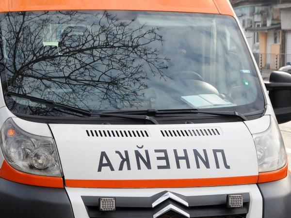 Петима са пострадали при катастрофа между три леки автомобила на