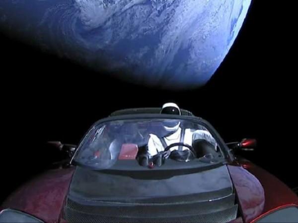 Чудили ли сте се къде е Starman, който Илон Мъск