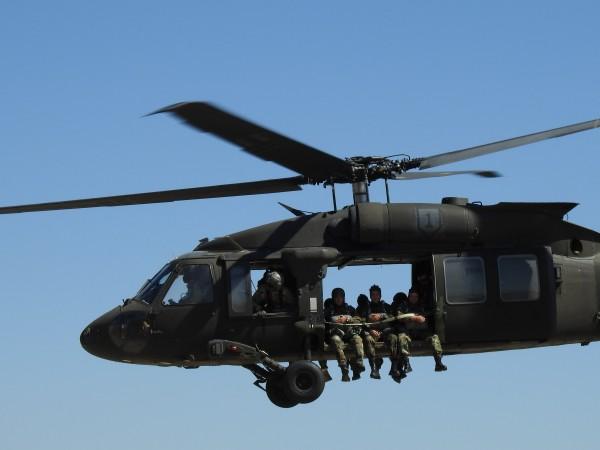 """Снимка: За първи път: Парашутни скокове от вертолети """"Black Hawk"""""""