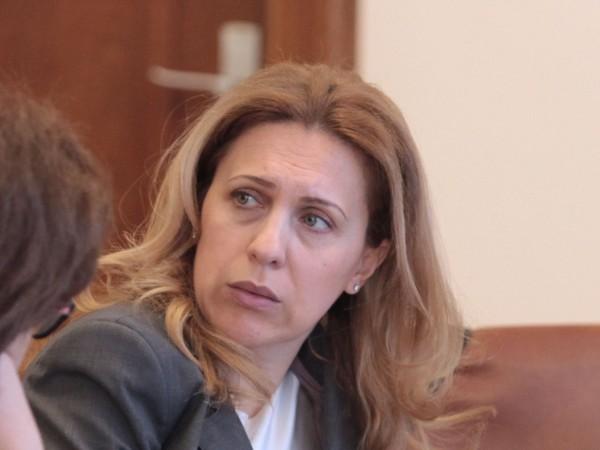 Снимка: Николова не била в капан: Как да не разбирам от киберсигурност? Имам IT Card