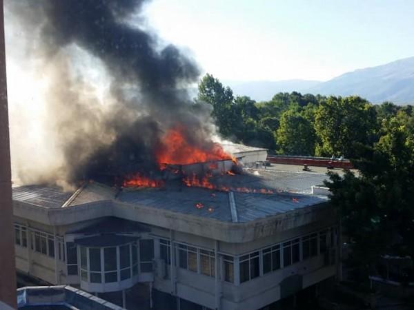 Снимка: Пожар изпепели покрива на ресторант в Павел баня