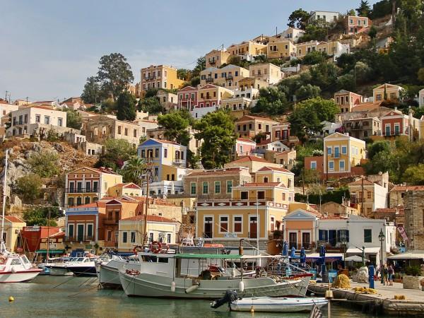 Снимка: Туристите бягат от гръцкия о. Порос след катастрофата вчера