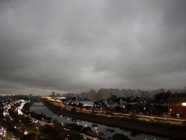По средата на деня в понеделник, небето над Сао Пауло,