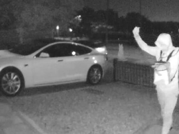 Охранителна камера в Лондон засне как двама крадци отмъкват Tesla