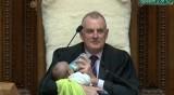 Парламентът в Нова Зеландия удобен: Доведете си бебето!
