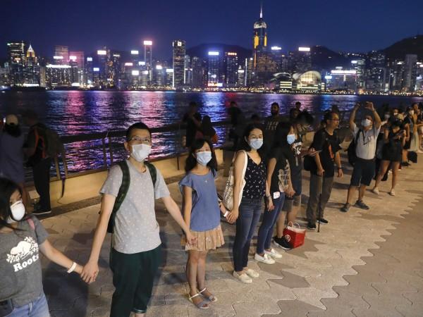 Привърженици на продемократичното движение в Хонконг образуваха днес живи вериги