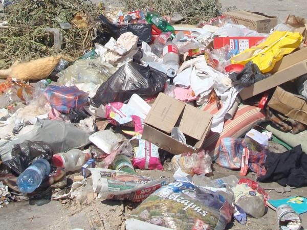 Запалени отпадъци и стари автомобилни гуми на незаконно импровизирано сметище