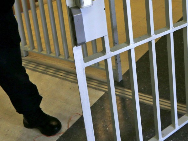 Двама затворници са избягали от затворническо общежитие от открит тип